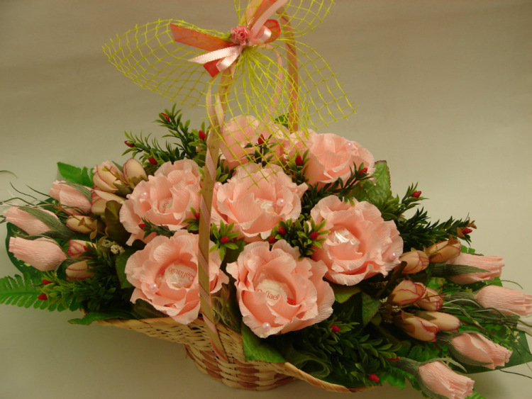 Корзина с цветами и конфетами фото