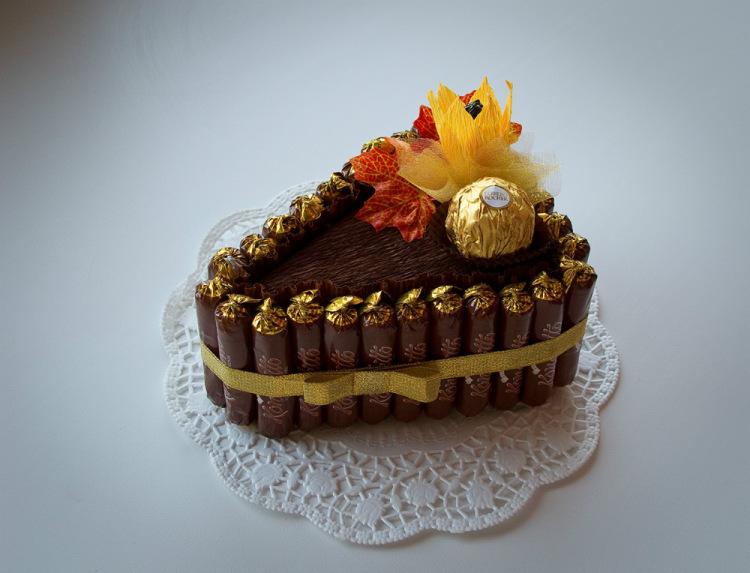 Кусок торта из конфет