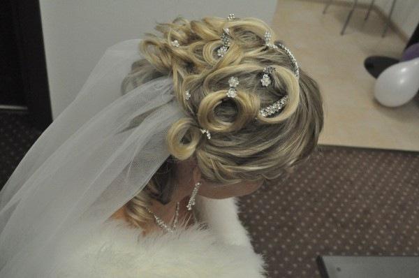 свадебные прически на средние помелированые волосы